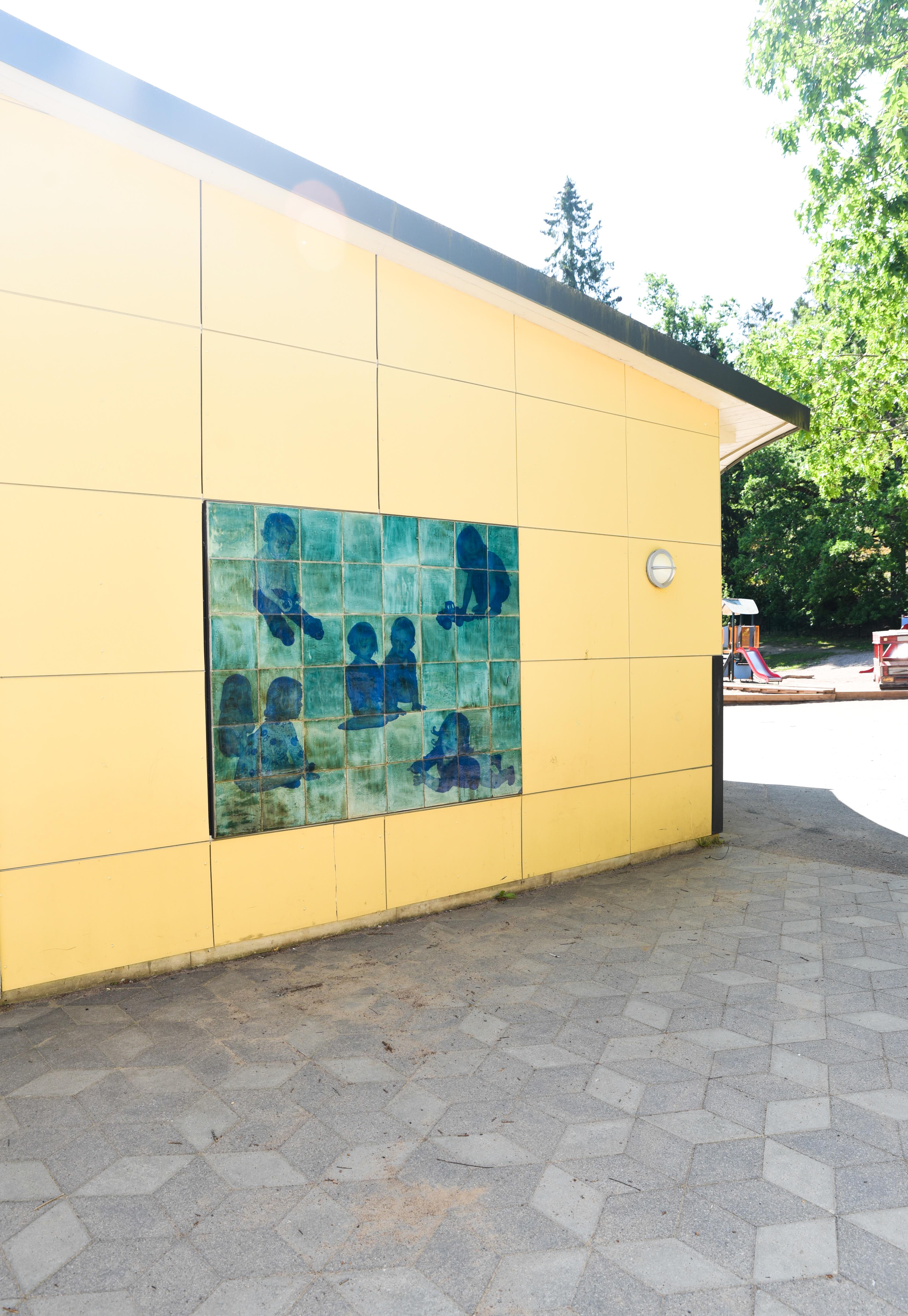 Helena Sjögren - Keramiska reliefer föreställande lekande barn - Klicka för att byta till närbild.