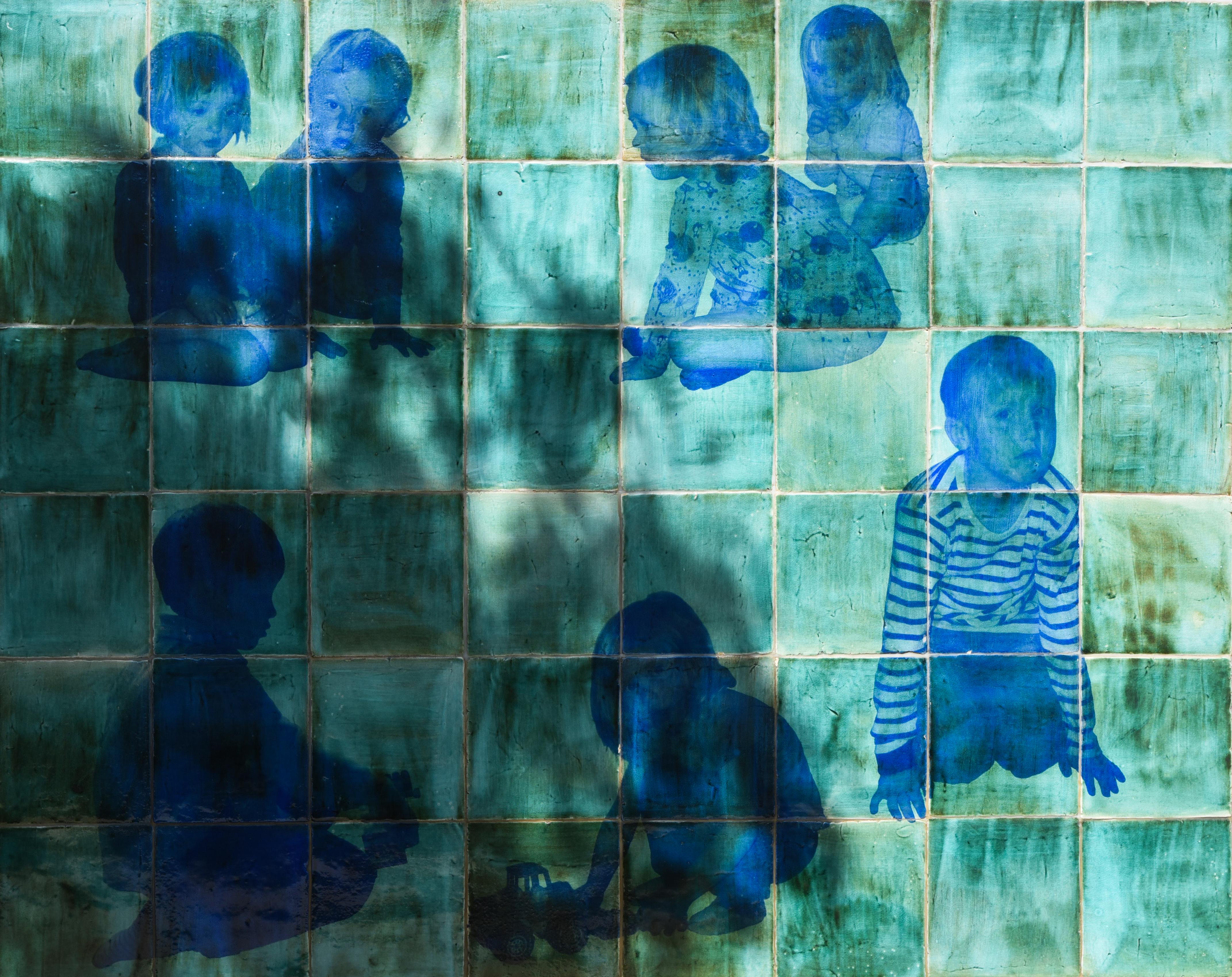Helena Sjögren - Keramiska reliefer föreställande lekande barn - Klicka för att byta till perspektivbild.