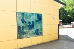Helena Sjögren - Keramiska reliefer föreställande lekande barn