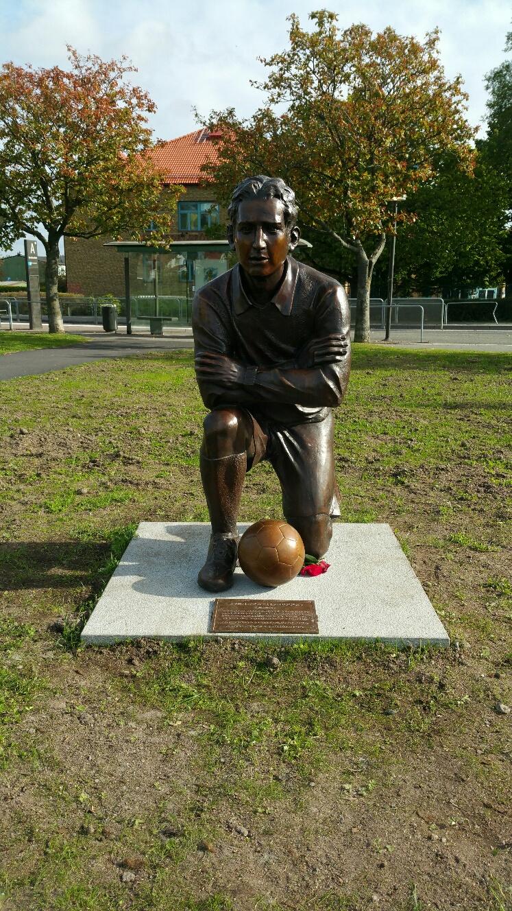Skulptur föreställande Sven-Agne Larsson - Klicka för att byta till närbild.