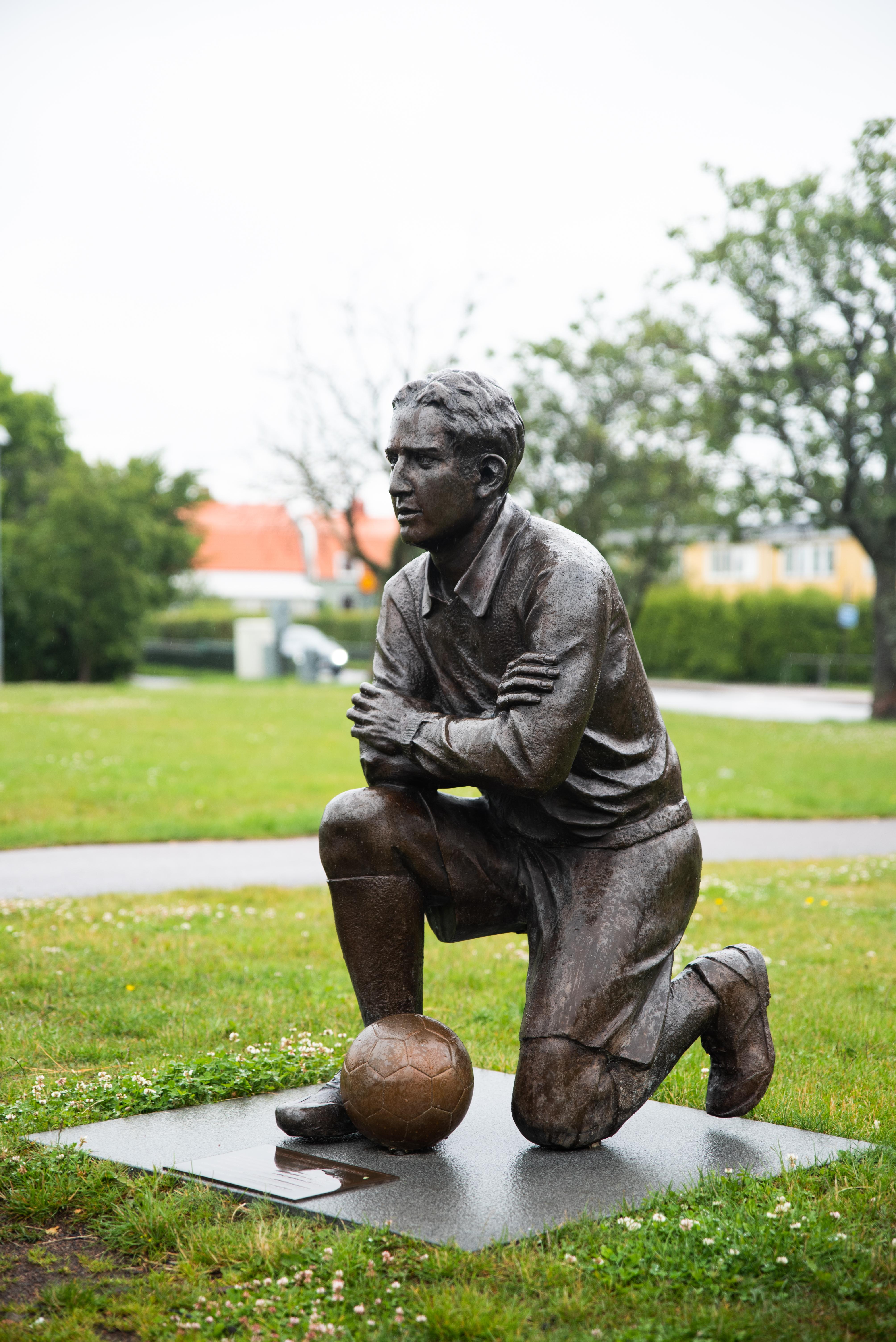 Skulptur föreställande Sven-Agne Larsson - Klicka för att byta till perspektivbild.