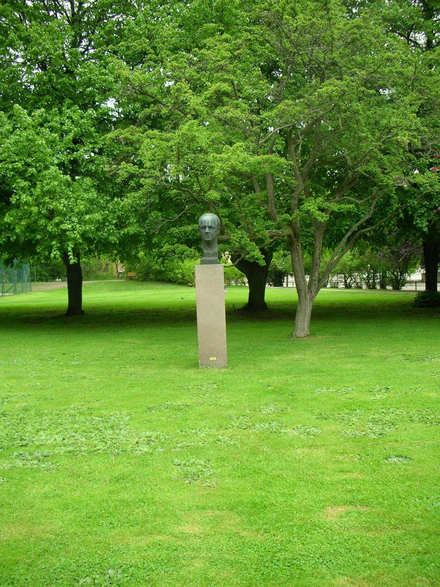 Staty föreställande Josef Weijne (1893-1951) Utbildningsminister 1946-51 Gick på lärarhögskolan 1910-14 när skolan låg på annan plats i staden.